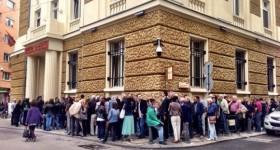 Огромните опашки пред офисите на КТБ след затварянето на банката